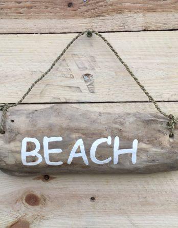 textschild treibholz beach
