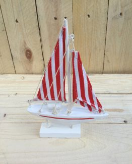 Segelyachtmodell rot-weiss aus Holz