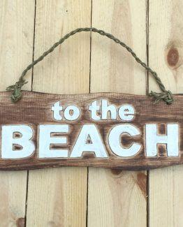 Holzschild to the beach wegweiser